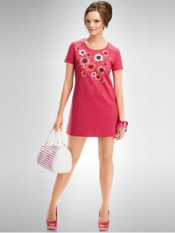 Платье Pelican FDT583/1Платье Pelican FDT583/1. Платье из плотной ткани, слегка тянется. Форма платья - прямое расклешенное к низу. Спереди цветочный&amp;nbsp; принт с аппликацией из ткани-сеточки. Платье смотрится очень нежно и по-весеннему!<br>