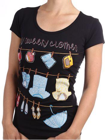Футболка Annarita 3846Футболка Annarita 3846. Яркая футболка со стильным принтом украсит гардероб любой девушки. В качестве декоративного элемента на принтах использованы стразы.<br>